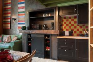 A kitchen or kitchenette at Apartments Breydelhof