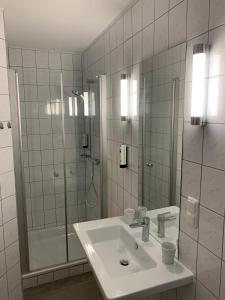 A bathroom at Hotel und Apartment Garni Eurode Live
