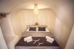 Säng eller sängar i ett rum på Santorini Villas