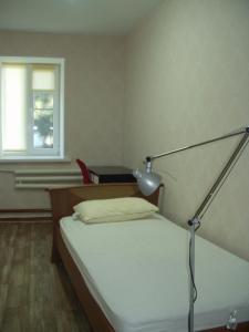 سرير أو أسرّة في غرفة في Домик у моря