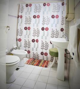 Un baño de Las Acacias De Santa Rosa
