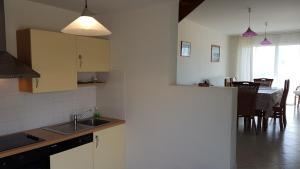 A kitchen or kitchenette at Duplex Avec Vue Sur Mer A Jullouville