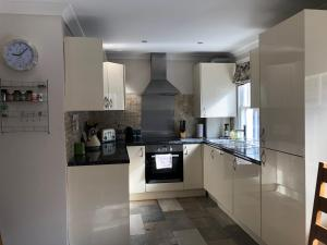 A kitchen or kitchenette at Classy Hyde Park / Notting Hill