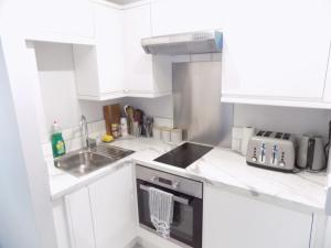 A kitchen or kitchenette at Brand New Central London Flat - 2 mins from Tube