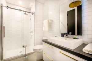 A bathroom at Les Lofts St-Pierre by Les Lofts Vieux Québec