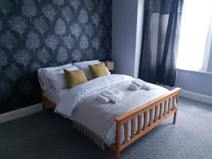 A bed or beds in a room at Grandeur Holiday home