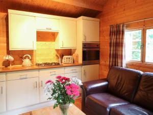 A kitchen or kitchenette at Log Cabin