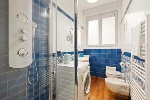 A bathroom at Stylish 3 bed flat - up to 7 guests - San Giovanni