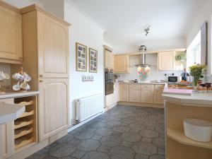 A kitchen or kitchenette at Dragon's Den
