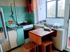 Кухня или мини-кухня в Apartment on Prospect Octyabrya