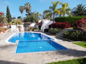 The swimming pool at or near Residencial Las Norias