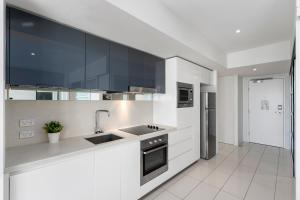 A kitchen or kitchenette at H-Residences - GCLR