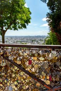 A balcony or terrace at Veeve - Sacre Coeur Sights