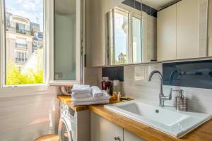 A bathroom at Veeve - Sacre Coeur Sights