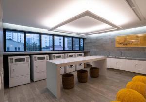 A cozinha ou cozinha compacta de Nun Apartments by BnbHost