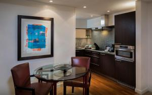 A kitchen or kitchenette at Cheval Phoenix House at Sloane Square