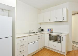 A kitchen or kitchenette at Summit Apartments