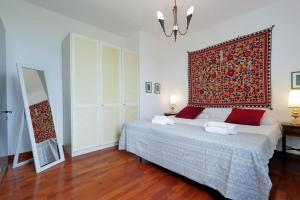 A bed or beds in a room at San Giovanni Halldis Apartments