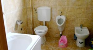 A bathroom at Guest House Sergey