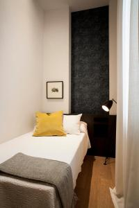A bed or beds in a room at Casa Noa Apartments