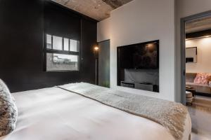 A bed or beds in a room at Pierce Boutique Apartments by Simplissimmo