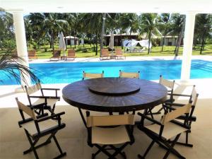 The swimming pool at or near Villa Cantavento em Maracajaú
