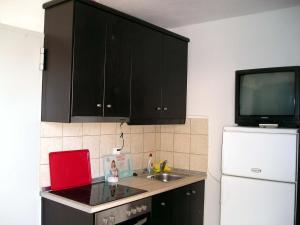 A kitchen or kitchenette at Golden Beach Inn