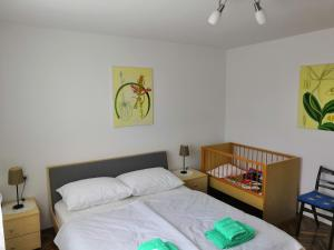 A bed or beds in a room at Apartman Lipa