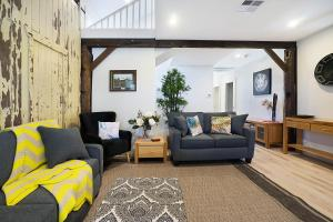 A seating area at Accommodation Hunter - James Street Morpeth