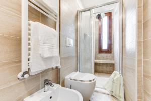 A bathroom at Sweet Inn - Porta Romana II