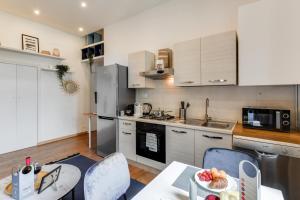 A kitchen or kitchenette at Sweet Inn - Porta Romana II