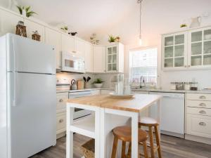 A kitchen or kitchenette at Mahone Bay Hide-Away
