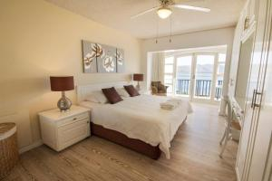 A bed or beds in a room at Laguna Grove Holiday Rentals