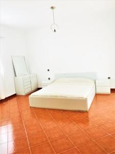 A bed or beds in a room at Sublime duplex avec accès direct piscine