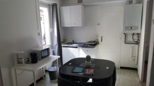 A kitchen or kitchenette at Charmant appartement
