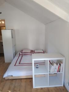 A bed or beds in a room at Le cabanon sous le murier