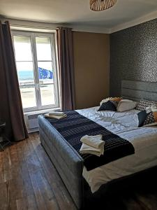 A bed or beds in a room at Phoenix 449