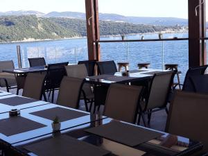 Reštaurácia alebo iné gastronomické zariadenie v ubytovaní Royal Villas