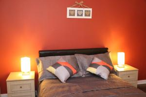A bed or beds in a room at Jesmond Park Apartment