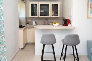 A kitchen or kitchenette at Charmante petite maison a l'éntrée de Saint Tropez