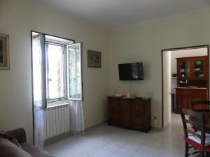 A television and/or entertainment center at Appartamento con giardino