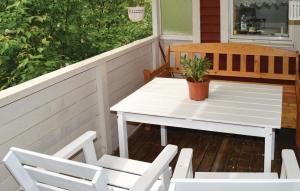 En balkong eller terrass på Three-Bedroom Holiday Home in Ingaro