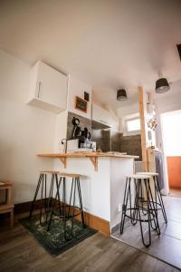Küche/Küchenzeile in der Unterkunft Chez Charlotte L'énigme des 4 coffres