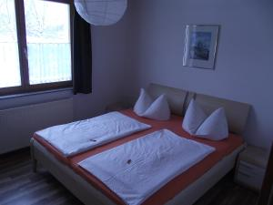 A bed or beds in a room at Apartman Nóra