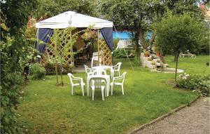 En trädgård utanför One-Bedroom Apartment in Vimmerby