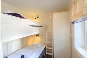 Våningssäng eller våningssängar i ett rum på Vålkojan
