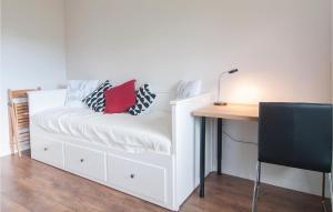 Giường trong phòng chung tại Studio Apartment in Farosund