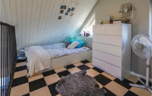 Säng eller sängar i ett rum på One-Bedroom Holiday Home in Genarp