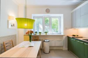 A kitchen or kitchenette at Apartment in perfect location - Metro Ratusz Arsenał