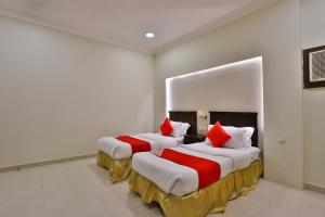 سرير أو أسرّة في غرفة في OYO 290 Nasmat Al Khobar